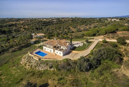 Carvoeiro/Porches - Immaculate 5-bedroom villa with pool and distant ocean views